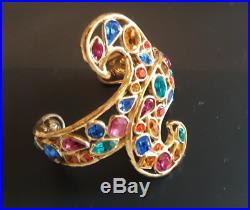 Superbe bracelet manchette vintage couture métal doré signé Yves Saint Laurent